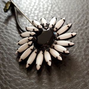 VTG Weiss flower brooch